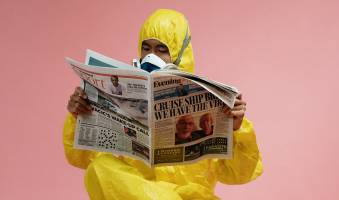 CI_PandemicPopulism_JHS_Leibniz-Institut-fuer-Medienforschung_Hans-bredow-Institut_man-in-yellow-protective-suit-holding-a-newspaper-3951350.jpg